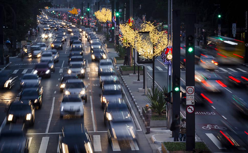 Av. Paulista recebeu 80 árvores de LED: equipamento foi alugado pela prefeitura para vários pontos da cidade por R$ 1,6 milhão