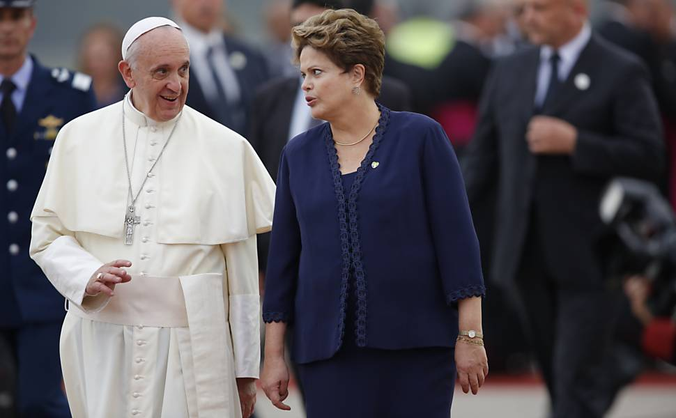Papa desembarca no Rio e é recebido pela presidente Dilma; o papa foi recepcionado pelo toque de corneta e duas filas de militares --tratamento dispensado aos chefes de Estado que visitam o país