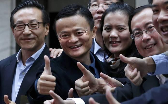 Jack Ma (segundo da esq. para a dir.), fundador e presidente da Alibaba, chega à Bolsa para a estreia da empresa em setembro de 2014