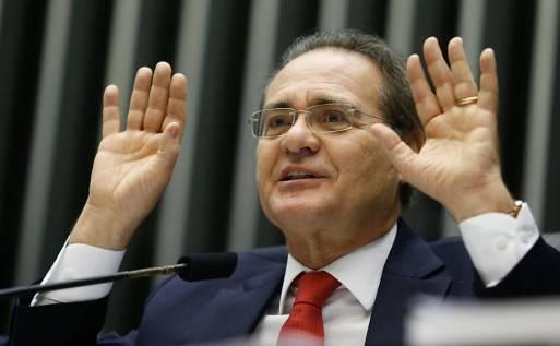 Renan discute com colegas em sessão do Congresso