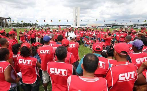 Resultado de imagem para CUT lança programa de demissão, e funcionários ameaçam greve