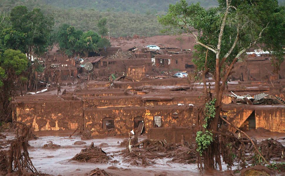Barragens rompem e causam enxurrada de lama em Minas