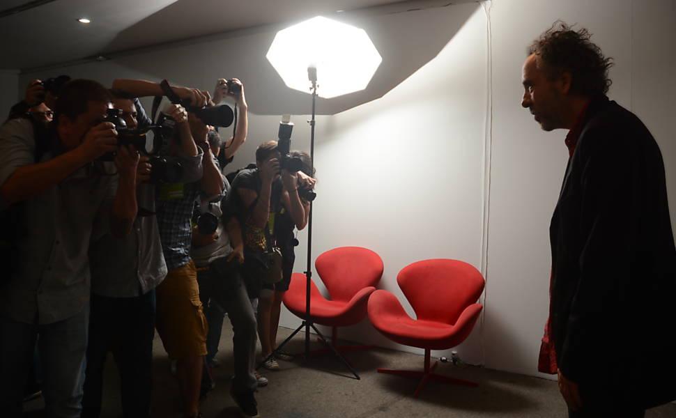 Tim Burton visita exposição baseada em suas obras no MIS