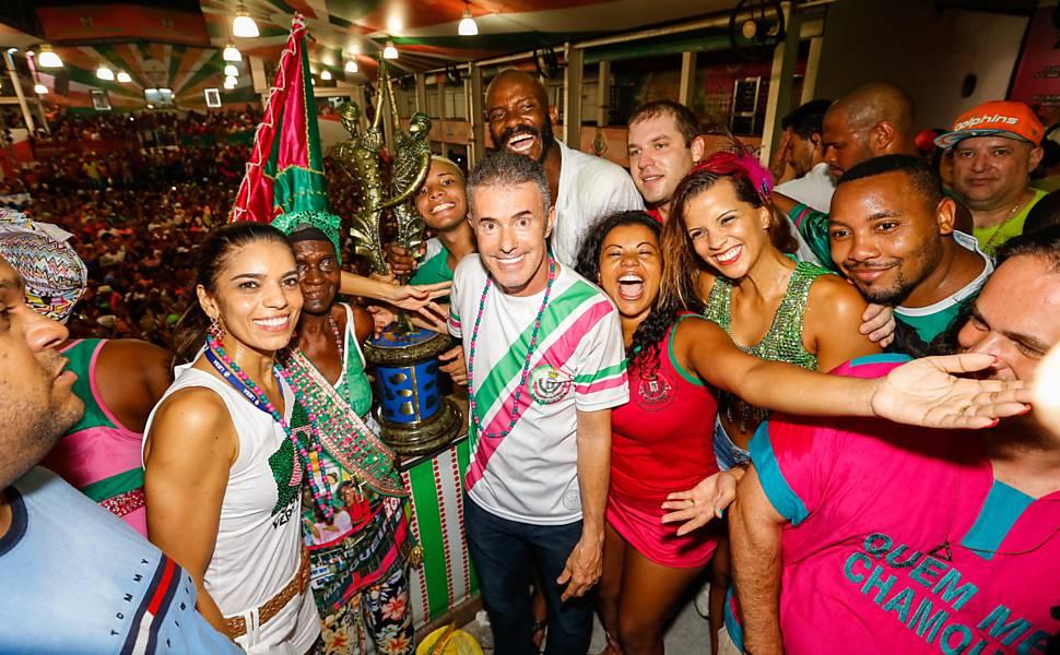 586789-970x600-1 Mangueira é campeã do carnaval 2016 com homenagem a Bethânia