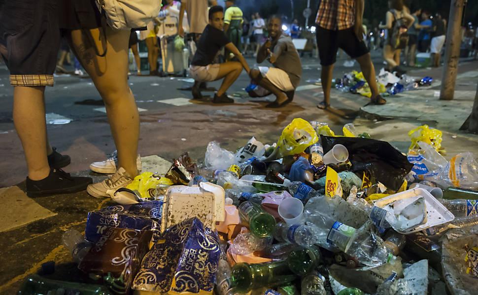 Resultado de imagem para lixo nas ruas carnaval de são paulo
