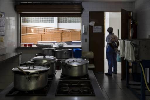 Cozinha de escola estadual em SP; fornecedores foram suspensos por fraude