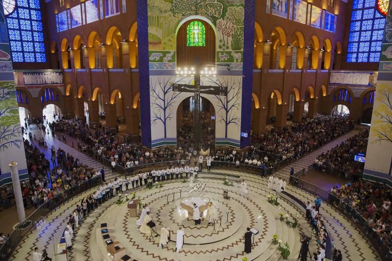 Devotos vão à basílica de Nossa Senhora Aparecida