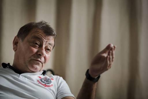 O ativista italiano Cesare Battisti, durante entrevista à Folha em sua casa, em Cananéia (SP)