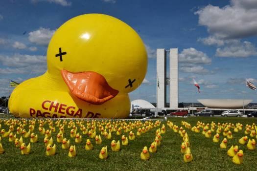 """BRASILIA, DF, BRASIL, 01-10-2015, 09h00: Um pato inflável de 12 metros de altura é visto no gramado em frente ao congresso, na esplanada dos ministérios em Brasília. O ato marca o lançamento da campanha """"Não vou pagar o Pato"""" em Brasília, organizado pela FIESP. (Foto: Pedro Ladeira/Folhapress, PODER)"""
