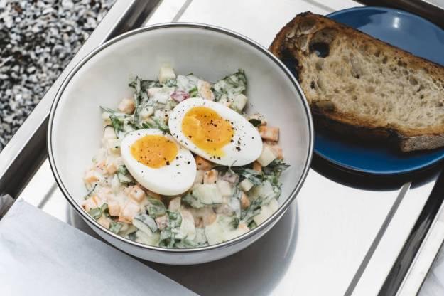 A Chopped Salad, com molho cremoso de anchova e ovo orgânico, do Futuro Refeitório