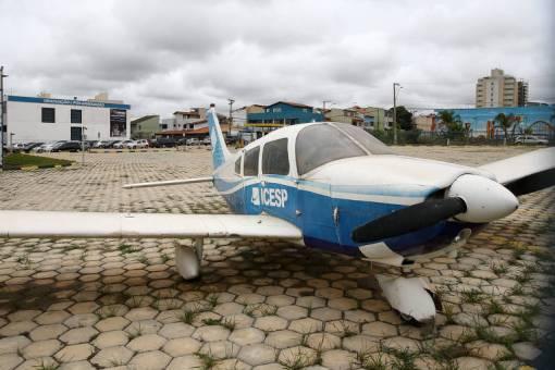 Avião que fica em unidade de instituição educativa no Distrito Federal suspeita de irregularidades com bolsas