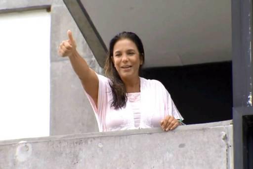 Ivete Sangalo aparece na varanda do hospital onde está internada em Salvador