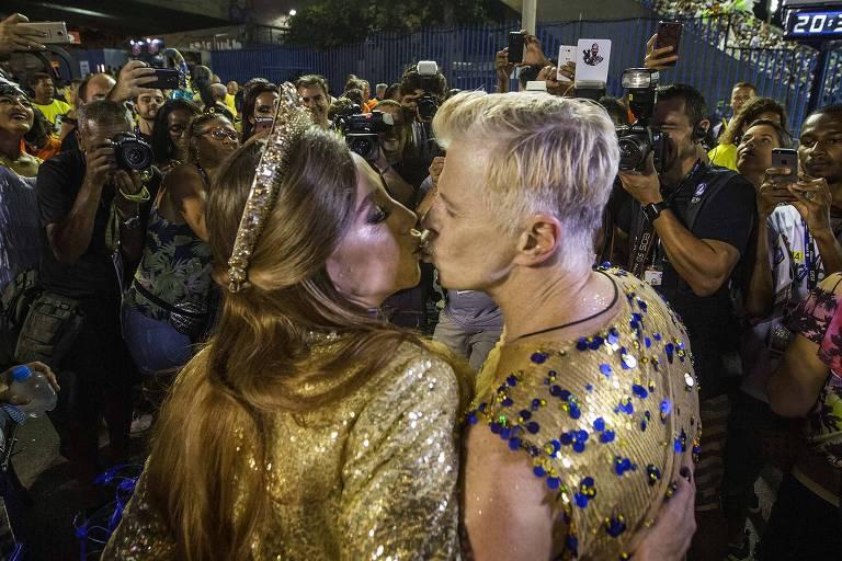 Marisa Orth e Miguel Falabella dão selinho na concentração da Unidos da Tijuca