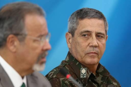 À esq., o ministro da Defesa, Raul Jungmann, e o general Walter Braga Netto, chefe do Comando Militar do Leste, durante entrevista coletiva