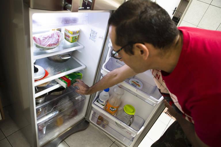 O taxista Adriano Alves, 41, guarda seu medicamento na geladeira da casa dos seus pais, na zona leste de SP