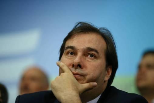 Rodrigo Maia (DEM-RJ), presidente da Câmara dos Deputados, com a mão no queixo