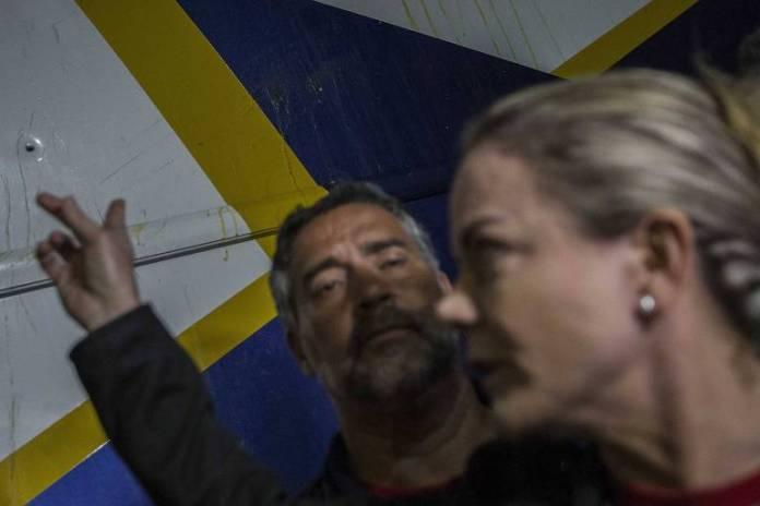 A presidente do PT, Gleisi Hoffmann, mostra marca de tiro na lataria do ônibus da caravana do ex-presidente Lula no Paraná. Ataque ocorreu na saída da cidade de Quedas do Iguaçu