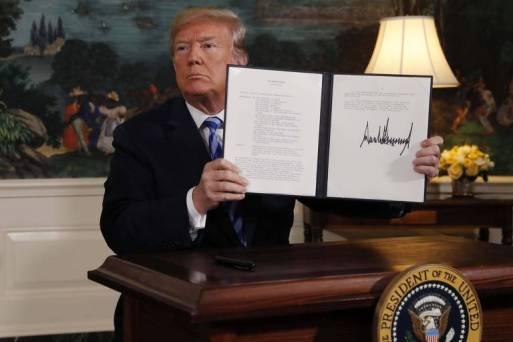 Trump mostra sua assinatura em memorando presidencial que retira os EUA do acordo nuclear com o Irã