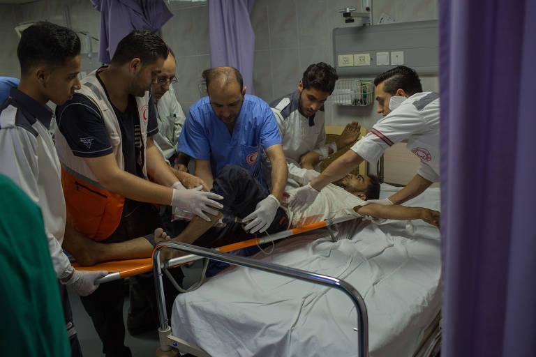 Manifestante baleado por atirador de elite israelense é atendido no Hospital Al Quds, em Gaza