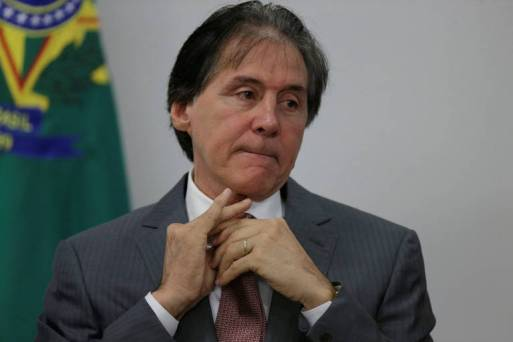 Eunicio Oliveira mexendo as mãos
