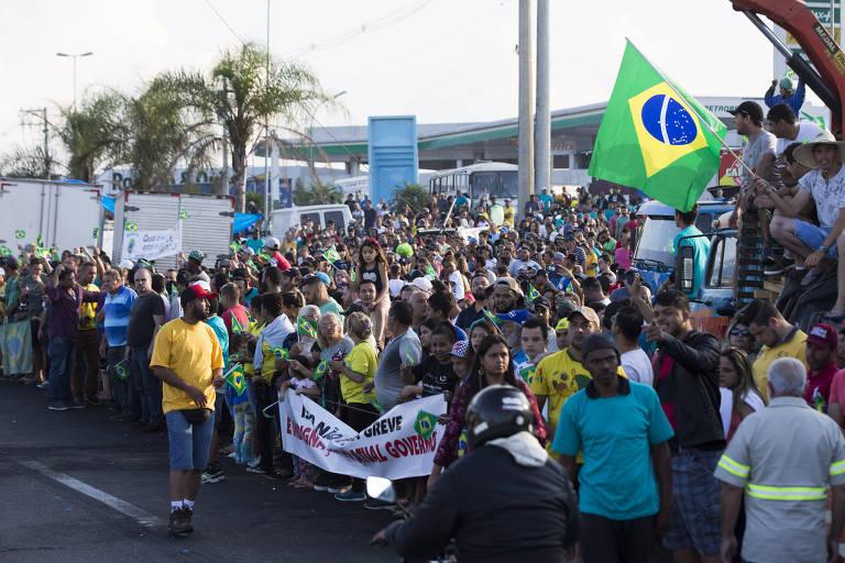 Caminhoneiros protestam na rodovia Régis Bittencourt, próximo a Embu das Artes