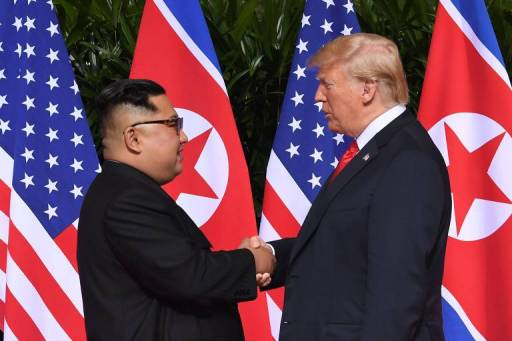 O ditador norte-coreano, Kim Jon-un (à esq.), cumprimenta o presidente dos EUA, Donald Trump, em Singapura