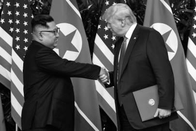 O ditador norte-coreano, Kim Jong-un, e o presidente dos EUA, Donald Trump, cumprimentam-se durante encontro em Singapura