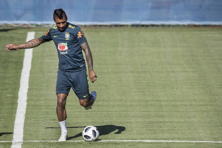 Jogador Paulinho dando chute em bola durante partida de bobinho