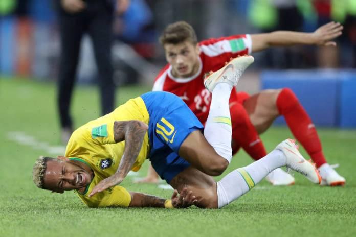 Neymar sofre falta de Adem Ljajic, da Sérvia