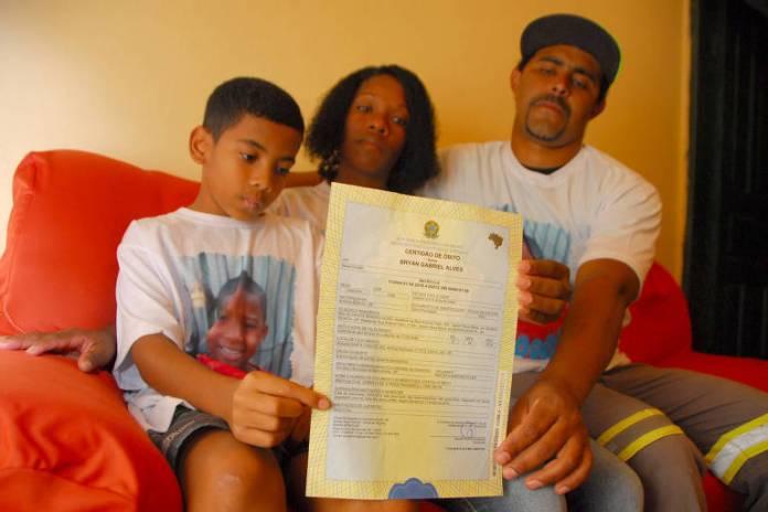 A mãe de Bryan Gabriel Alves, 6, que morreu após ser picado por escorpião no quintal de sua casa, Arlete Amaral, o esposo José Andrade de Oliveira e o filho mais velho Kauan Felipe Alves