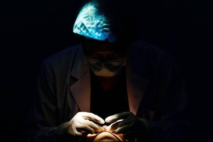 Rosto de paciente iluminado enquanto médico se encontra nas sombras
