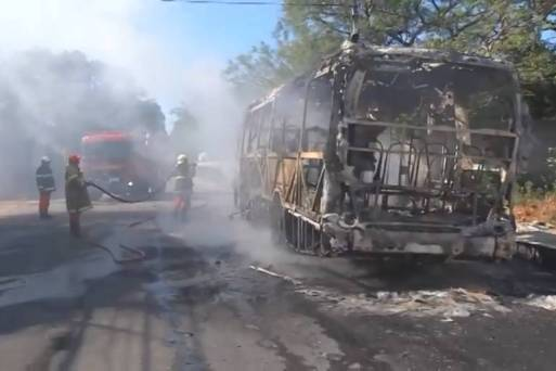 Bombeiros trabalham no rescaldo de ônibus incendiado em Fortaleza, no Ceará