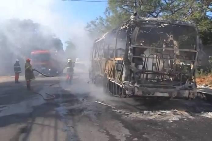 Bombeiros trabalham no rescaldo de ônibus incêndiado em Fortaleza, no Ceará