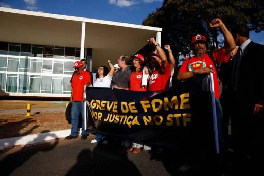 Em frente ao STF, manifestantes anunciam greve de fome pela libertação do ex-presidente Lula