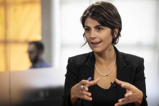 Manuela gesticulando