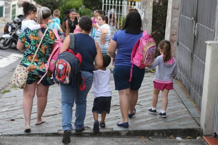 Mães e crianças da educação infantil da CEI Santa Rita, na Vila Carrão, em SP