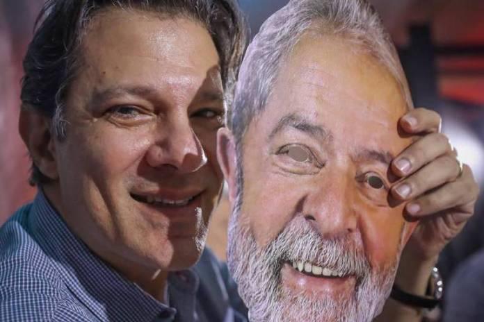 Fernando Haddad posa para foto segurando máscara de Lula durante a convenção nacional do PT que oficializou candidatura do ex-presidente