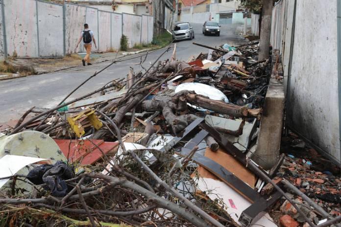 Área desapropriada pelo metrô para construção da futura linha 6-laranja na Brasilândia (zona norte) virou deposito de lixo