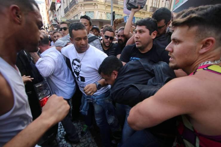 Apoiadores de Bolsonaro detém homem que esfaqueou o candidato à Presidência pelo PSL durante ato de campanha em Juiz de Fora (MG)