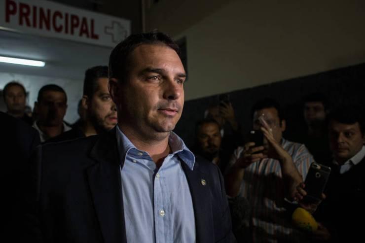 Flavio Bolsonaro fala na porta do hospital em Juiz de Fora,onde o pai, Jair, está internado depois de levar uma facada