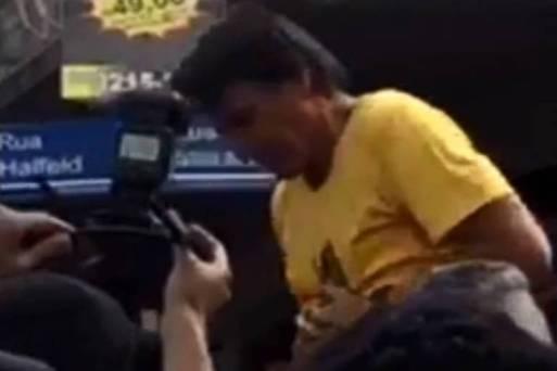 Jair Bolsonaro, no instante de ataque em Juiz de Fora, nesta quinta-feira (6)