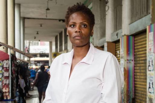 A advogada negra Valéria Lucia dos Santos, 48, em rua de Duque de Caxias, Rio de Janeiro