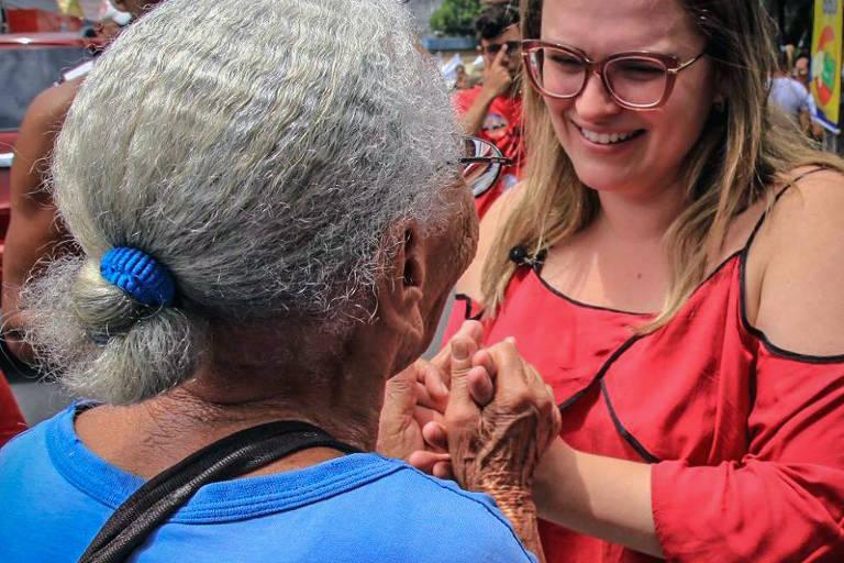 Marília Arraes durante caminhada e panfletagem em Pernambuco, em setembro de 2018
