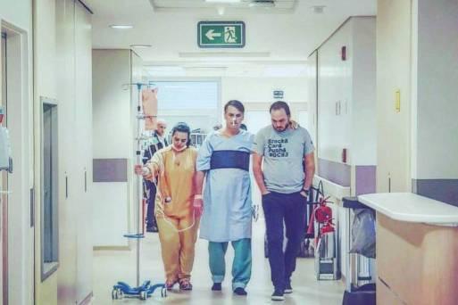 Em foto divulgada pelo candidato em rede social, Bolsonaro faz fisioterapia no hospital