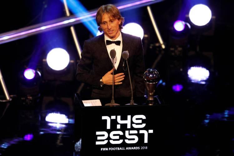 Modric discursa ao lado do troféu de melhor do mundo, vencido por ele nesta segunda (24)