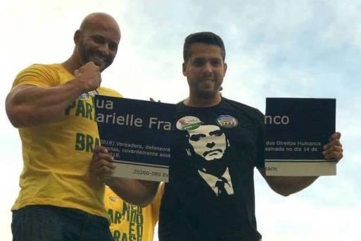 O deputado Rodrigo Amorim (à dir.) quebra placa em homenagem a Marielle em 2018