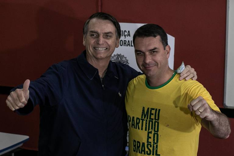 O candidato à Presidência pelo PSL Jair Bolsonaro, com seu filho Flávio Bolsonaro, durante sua votação em um colégio militar no Rio de Janeiro