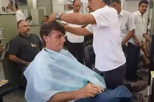 O presidente eleito, Jair Bolsonaro (PSL), corta o cabelo em salão no bairro de Bento Ribeiro, no Rio