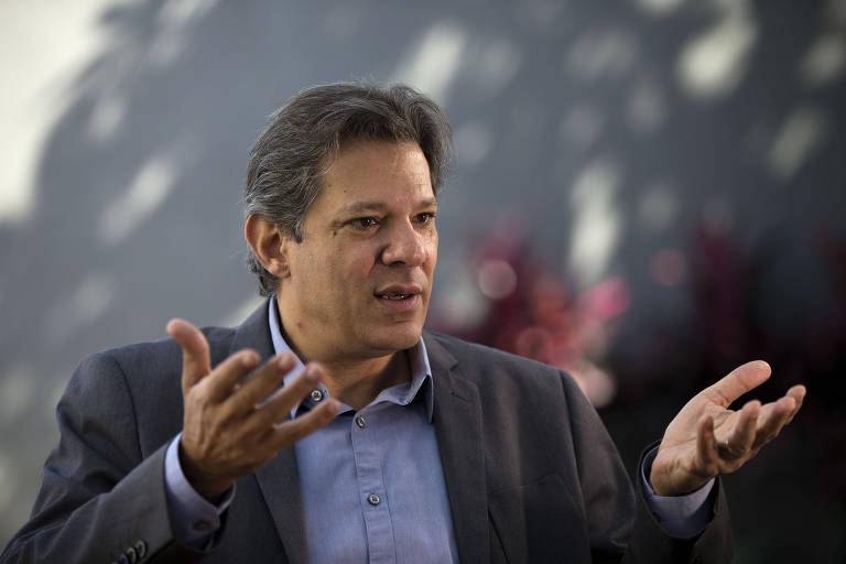 Fernando Haddad em sua casa, durante entrevista a Folha