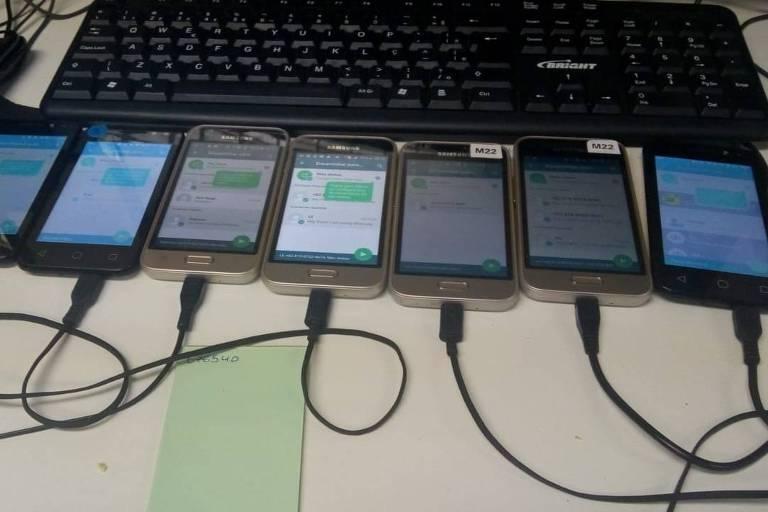 Celulares usados em empresa para enviar mensagens de WhatsApp em massa